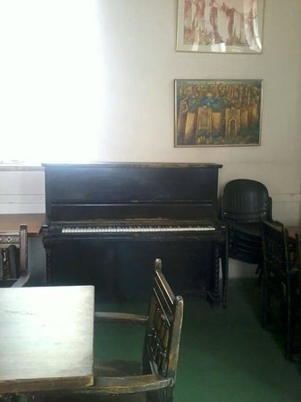 Jerusalem International YMCA, Three Arches Hotel: nice library with two pianos