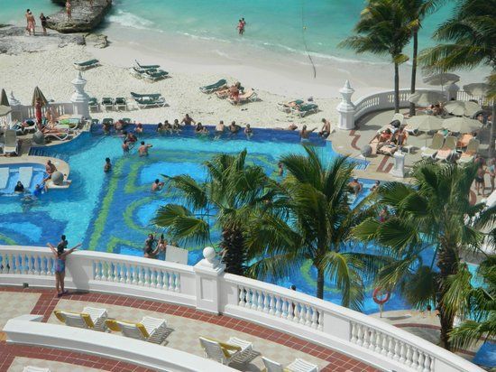 Area de piscina picture of hotel riu palace las americas for Alberca las americas