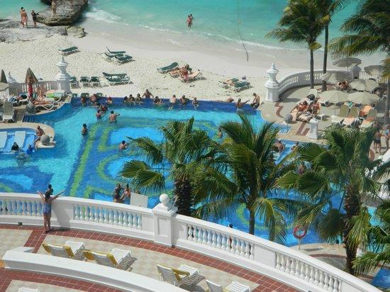 Area de piscina picture of hotel riu palace las americas for Alberca las americas