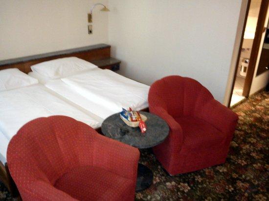 Hotel Europäischer Hof: Spacious guest room w/ living space