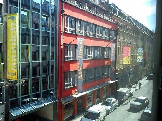 Hotel Europaischer Hof: Close proximity hostels and busy downtown street