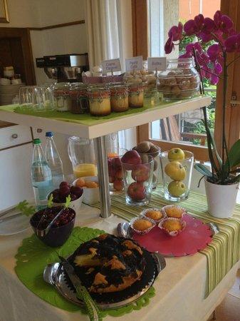 Hotel Erika: Obst und Kuchen am Frühstücksbüfett