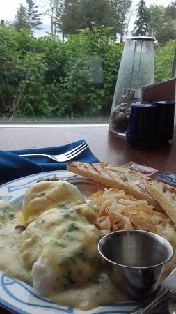 Larsmont Cottages on Lake Superior: Great view along my egg benedicts