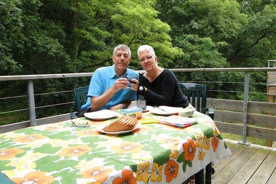 Relais du Plessis Resort: Klinken, op ons terras, op onze goede aankomst in Richelieu, resort Le Relais du Pléssis.