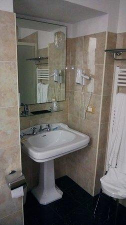 Hotel La Rosetta : Il bagno è ben ristrutturato. Da notare che non usano miscelatori.