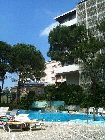 Hotel Bristol Buja : Piscina esterna che si collega con piscina interna