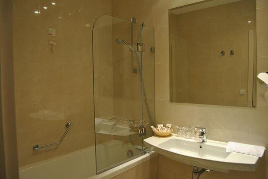 Hotel Katarina: Baño amplio y correcto