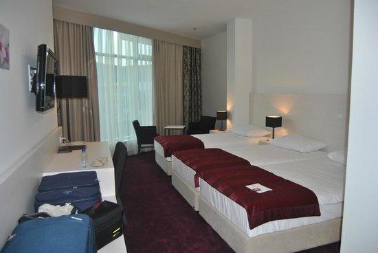 Hotel Katarina: Habitación amplia y bien equipada