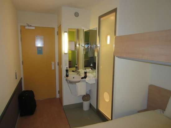 Ibis Budget Amsterdam Airport: Entrance with toilet, sink and shower setup