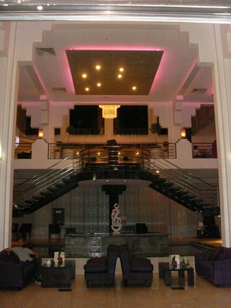 Hotel St. George: Stunning lobby area.