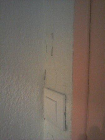 Abbeliss Polygone Hotel: mur esquinté