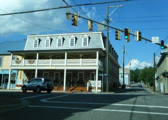 Inn BoonsBoro: The Inn Boonesboro from the street