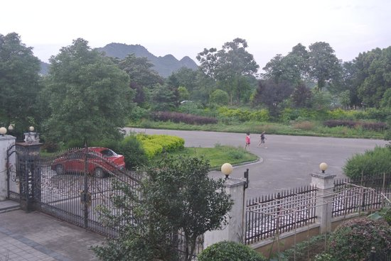 Guilin B&B: Entrance to gated community