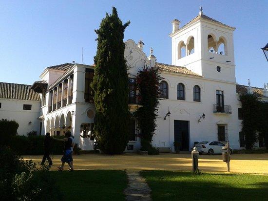 Hotel Cortijo El Esparragal : Fachada principal tomada desde el jardín