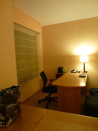 Renaissance Chicago O'Hare Suites Hotel: Large Desk Area
