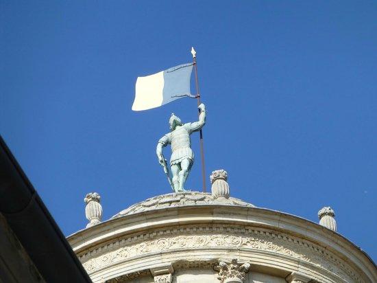 Hotel Saint Trophime: Blick zur Kirche