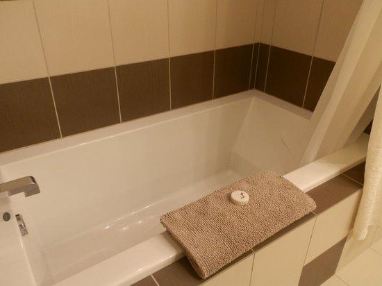Cowichan Bay Guest Suites: Bath/ Shower