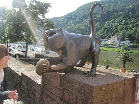 Hotel Goldene Rose : estatua del mono,ubicado base torres puente viejo