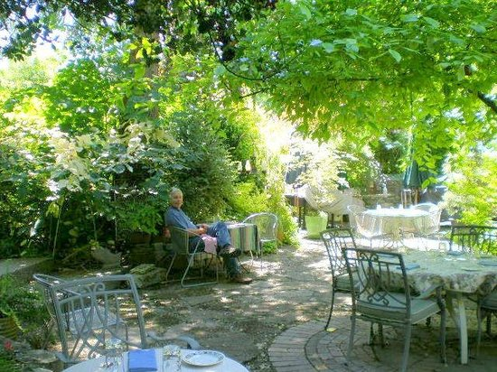 Molly Ward Gardens : Lunch in the courtyard
