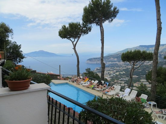 Hotel Villa Fiorita: Balcony view over pool and Bay of Naples