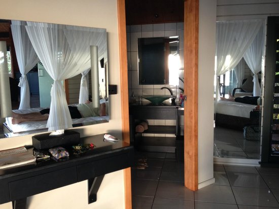 Taveuni Island Resort & Spa: Bedroom area with hugh bathroom area with separate toilet.