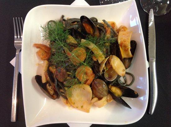 Il grazie mille: Tagliolini à l'encre de seiche et fruits de mer
