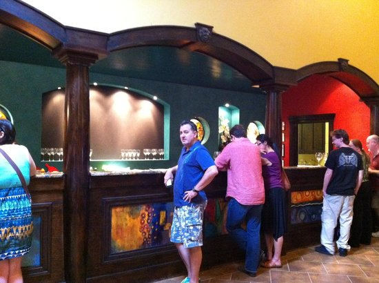 Wimberley Valley Winery: Long counters in the tasting area.