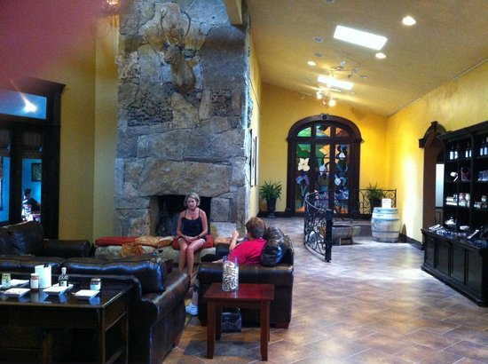 Wimberley Valley Winery: Cozy sitting area in the tasting area.
