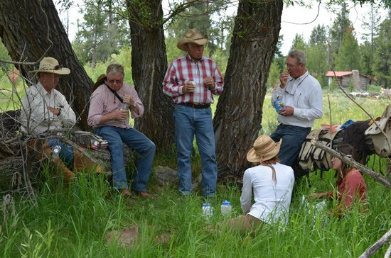 R Lazy S Ranch: lunch on an all day ride