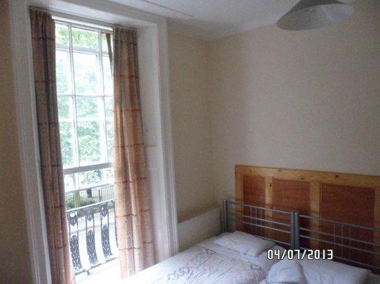 Kings Hotel: Bed & Window