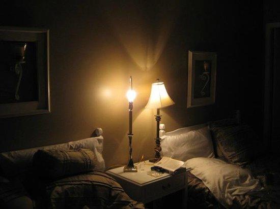 Motel Fleur de Lys : After we got second lamp