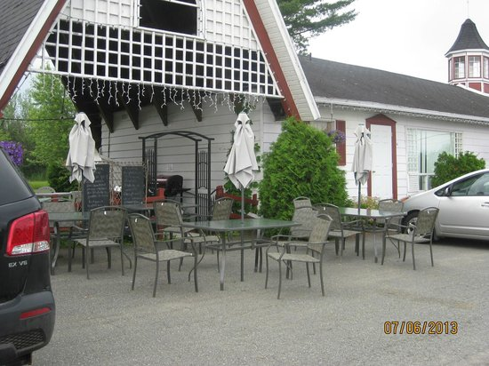 "Motel Fleur de Lys : ""Patio"" in parking lot"