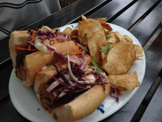 Slackwater Pub & Pizzeria: Pulled pork sandwich with house chips
