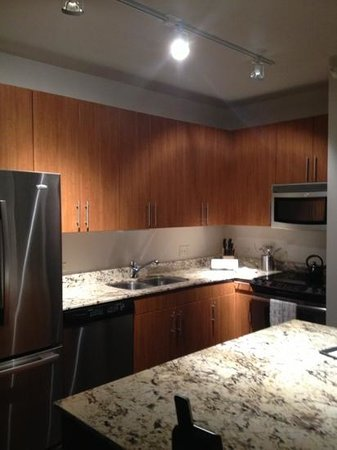 State and Grand by BridgeStreet Worldwide: Kitchen