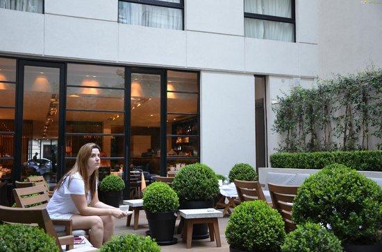 Serena Hotel : Area externa com restaurante