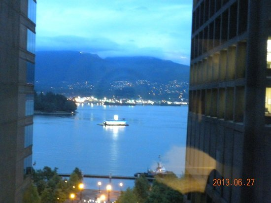 Coast Coal Harbour Hotel by APA: Night-time view of the harbour