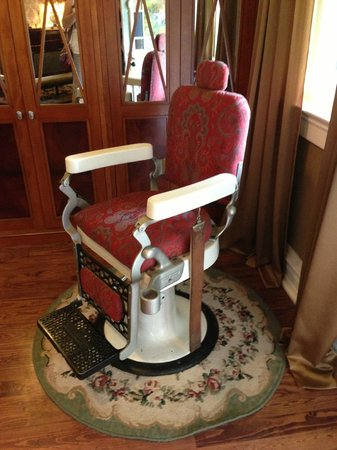 Azalea Inn Bed and Breakfast: Old dental chair in dining room