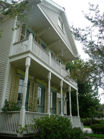 Chimes Bed and Breakfast: the front porch