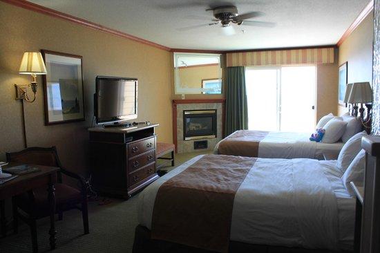 Elizabeth Oceanfront Suites: Double Queen room