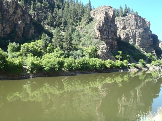 Glenwood Canyon Bike Trail : Still water above the dam