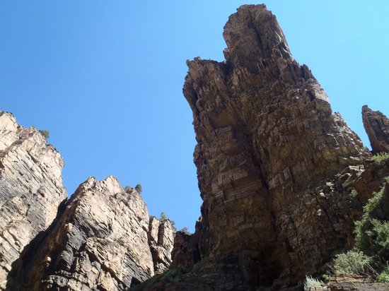 Glenwood Canyon Bike Trail : Fragile rocks towering above I-70