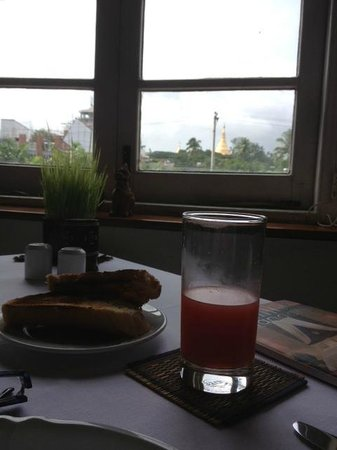 Savoy Hotel Yangon: Having breakfast, can see the Shwedagon Pagoda