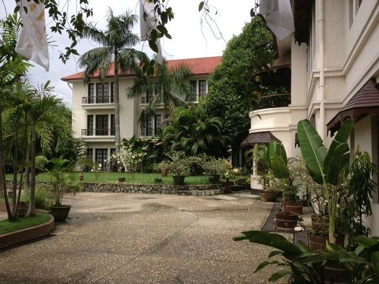 Savoy Hotel Yangon: Outside