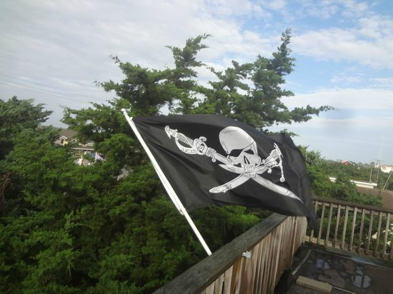Pam's Pelican Bed & Breakfast: Pirate flag flying on roof top balcony