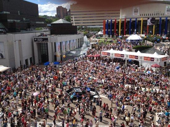 Hyatt Regency Montreal: Jazz Fest from Hyatt terrace