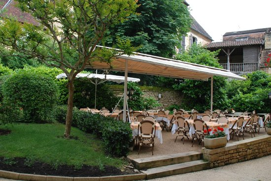Le Presidial : Outdoor dining in the front garden, well protected from rain