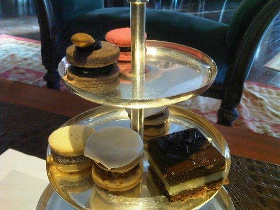 The Library Lounge Hotel Faena Buenos Aires: Macarrones, bocaditos, masitas...