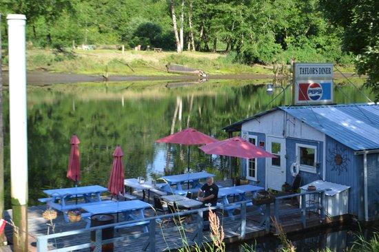 Jamie's Dockside Diner at Taylor's Landing: Deck dining area