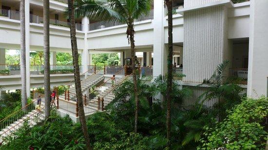 Shangri-La's Mactan Resort & Spa: Going to lobby