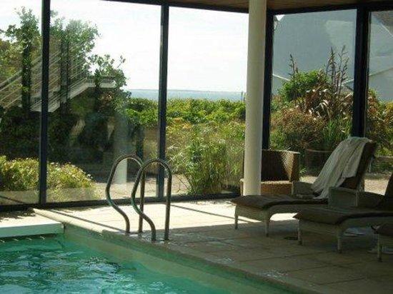 Hostellerie de la Pointe Saint-Mathieu : la piscine ouverte sur le jardin